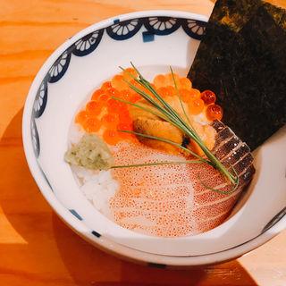 上品な海鮮丼(魚屋スタンドふじ子)
