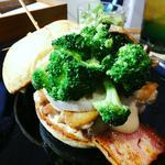 ハンバーガー(ホワイトバンズ+チキンレッグ+ベーコン+れんこん+マッシュルーム+ブロッコリー+エビクリームソース)