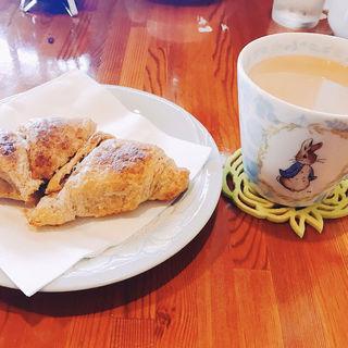 チョコクロワッサンとカフェラテ(サワコーヒー )