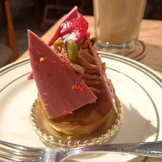 ルビーチョコレートとピスタチオのケーキ(REC COFFEE 博多マルイ店)