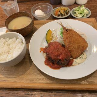 ハンバーグとアジフライ定食(いっかく食堂)