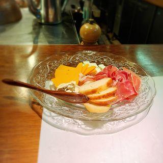 生ハムとチーズの盛り合わせ(八丁堀黒きん )