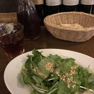 ランチについてくるサラダとバゲット(デニーロ 神保町店 (De NiRo))