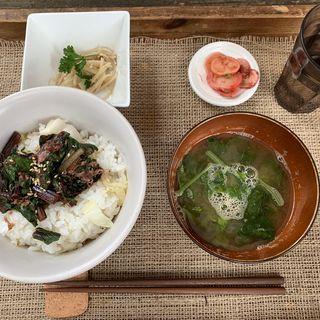 鶏ひき肉とキャベツの魚醤かてめし (スイスチャードの梅酢漬のせ)(ショクヤボ農園)