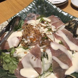 生ハムと温泉たまごのシーザーサラダ(稲田屋 大手町店 )