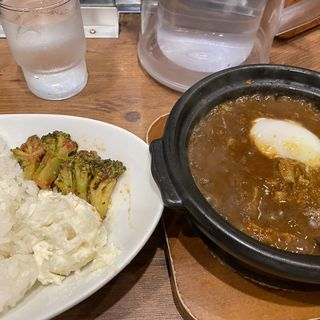 牛すじ煮込み玉子カレー(ホットスプーン 西新宿店)
