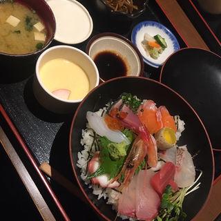海鮮丼(小鉢・茶碗蒸し・みそ汁・漬物付き)(はかたや木鶏 )