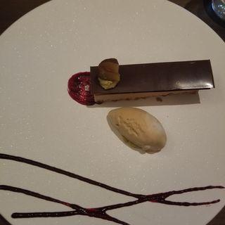 和栗のショコラミルフィーユカシスソースと紅茶のアイス添え(カフェ&ダイニング ゼルコヴァ (ZelkovA))