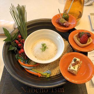 根セロリを柔らかく蒸し上げムール貝とホンビノス貝のブイヨンでクリアブイヨン仕立てに、スモークミルクのエキューム、ホワイトセロリ、大なめこと共に 大心堂、種亀とのコラボスナックとアントナン風グリーンオリーヴのマリネ リヨン伝統ソーセージ ロゼットで巻いたプラム(ナベノ-イズム )