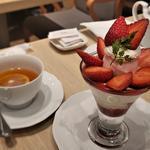 苺のハーフプラスパフェ(セットドリンク付き)