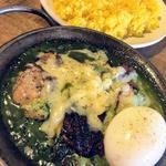 チキンカレー ほうれん草 半熟卵 チーズ(ヨゴロウ (YOGORO))