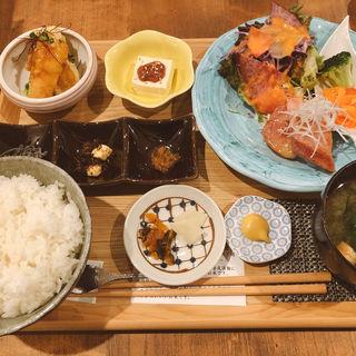 白身魚の黒酢餡かけと厚切りベーコンの自家製味噌漬け膳