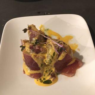 スパイスでマリネしたマグロのカルパッチョ 雲丹と卵黄のソース(ビストロオーズ (BISTRO O'z))