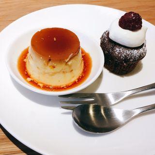 カスタードプリン、ココアマフィンとベリーシャーベット(porte cafe(ポルトカフェ))
