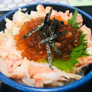 ズワイガニとイクラ ハーフ丼(発寒かねしげ鮮魚店)