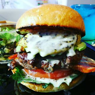 ハンバーガー(ブラウンバンズ+ビーフパティ+ベーコン+アボカド+トマト+大葉+安納芋焼き芋ソース+ブルーチーズソース)(milia burger)