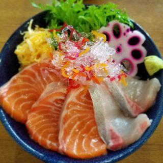 カンパチと生サーモン丼(お食事処 渡舟)