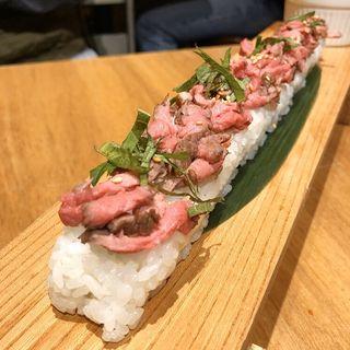 ロングユッケ寿司(炭焼き塊肉ときどきチーズ)