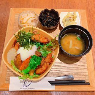 ぷるぷる温泉卵と健康鶏のとりたま丼(玄三庵 天王寺ミオプラザ館店)