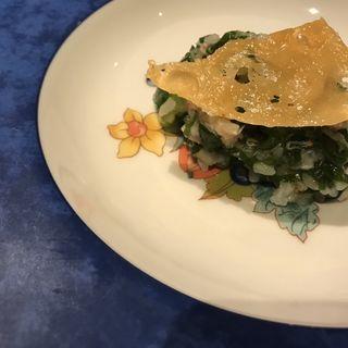コース温かい前菜 緑米と蟹のリゾットチーズ煎餅のせ