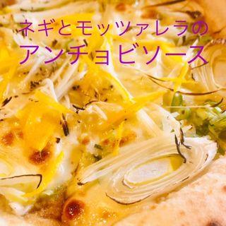 ネギとモッツァレラチーズのアンチョビソースピザ