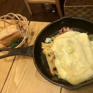 ヘルシー温野菜とベーコンのグリルラクレットチーズプレートバケット付き(チーズチーズカフェ守谷)