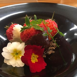 朝摘み苺狩り 白と黒の仏産ショコラで(キッチン俊貴)