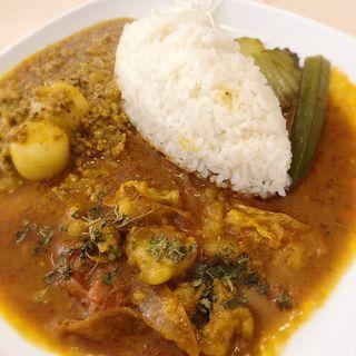 CurryAveshiの「雑煮風粕汁キーマ(白玉入り)&テッチャンのトマト煮込みカレー海南風アボカドチキントッピング」(カフェ キスショット)