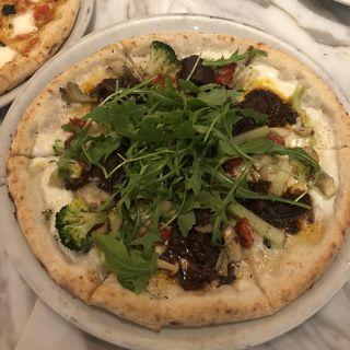 牛肉の赤ワイン煮込みピッツァ(800ディグリーズ ナポリタン ピッツェリア (800DEGREES neapolitan pizzeria))
