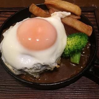 鉄板ハンバーグステーキ目玉焼き添え