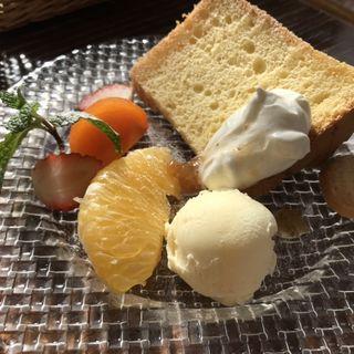Aランチ デザート シフォンケーキとフルーツ