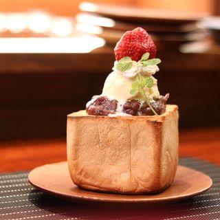 厚切りいちごクリームあんこトースト(コーヒー&トースト)