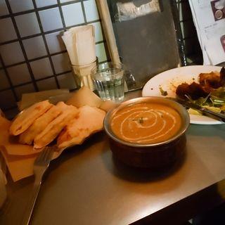 カレー2種類、チーズナン(Sajilo Cafe (サジロ カフェ))