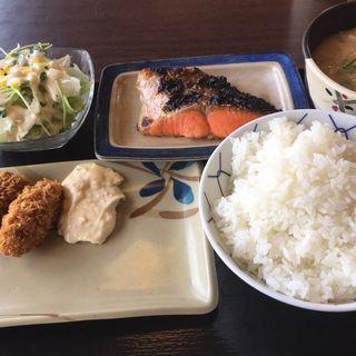 シャケ、カキフライ、粕汁、サラダ(めしや食堂 西宮北店 )
