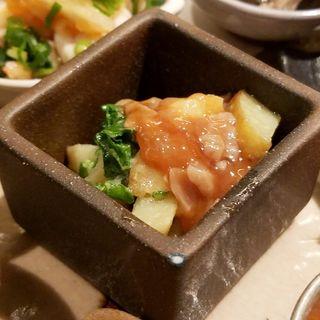 菜の花と新ジャガのポテトサラダ酒盗(酒 秀治郎)