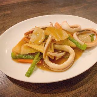 スルメイカのカキソース炒め(中華とお酒 くるみ)