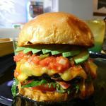 ハンバーガー(ブラウンバンズ+ビーフパティ+アボカド+トマト+大葉+チェダーチーズ+冬サルサ)