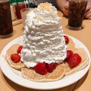 ストロベリーホイップクリームとマカデミアナッツパンケーキ(Eggs 'n Things 神戸ハーバーランド店)