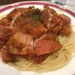 ベーコンとソーセージの唐辛子トマトソーススパゲッティ