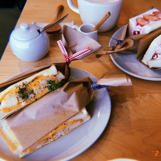 いちごサンド、たらもサンド(cafe_coconova)