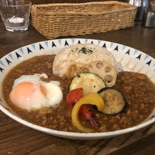 季節野菜と温玉のせキーマカレー(HanaCAFE nappa69 (ハナカフェ ナッパロクキュー))