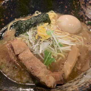 特製濃厚醤油ラーメン(麺やすする)
