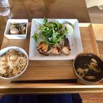 本日のお肉定食 (ごはんとお味噌汁のおかわり無料)