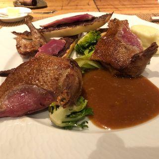 ランド産仔鳩のオーブン焼きと内臓のカナッペ(au deco )