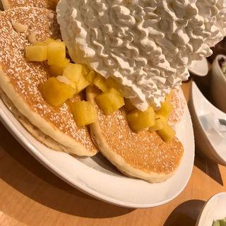 パイナップル、ホイップクリームと マカダミアナッツ (Eggs 'n Things 原宿店)