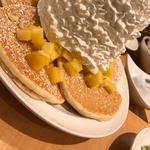 パイナップル、ホイップクリームと マカダミアナッツ