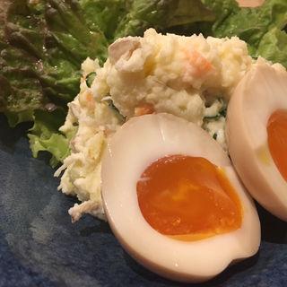 味玉のせポテトサラダ(煮込み酒屋 Σ)