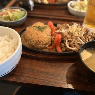 大人気焼肉鉄板とハンバーグ定食(オニクダイスキ うっちゃり食堂)