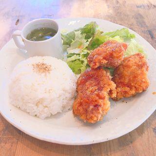鶏のから揚げ黒こしょうダレ定食(CAFE FLAっと)