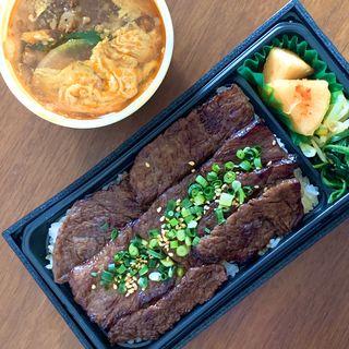 国産黒毛和牛 特上ロース焼肉弁当  ミニカルビスープ(焼肉問屋 牛蔵 (ヤキニクトンヤ ギュウゾウ))